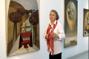 Judit Reigl en 2005 devant certaines de ses oeuvres.