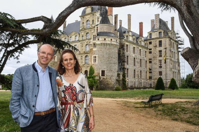 Sept étages, 204 pièces : faire vivre cette ancienne forteresse, dont il a hérité il y a trente ans, « c'est une vie non-stop », affirme Charles-André de Cossé-Brissac, ici avec son épouse, Larissa le 5 juillet.
