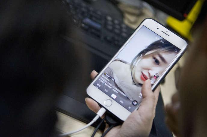 Une internaute regarde une vidéo sur l'application TikTok, à Guangzhou (Guangdong),au sud-est de la Chine, en 2018.