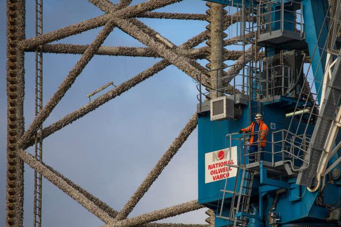 Un ouvrier sur un appareil de forage autoélévateur de la société Noble Corporation, dans le port de Cromarty Firth (Royaume-Uni), le 23 juin.