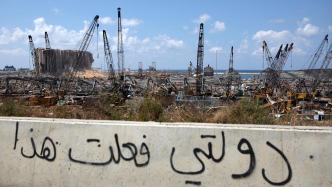 Le port de Beyrouth détruit par l'explosion, avec un graffiti « Mon pays est responsable», le 9 août.