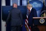 Donald Trump prié de suivre un membre des Secret Service à la Maison Blanche, à Washington, lundi 1O août.