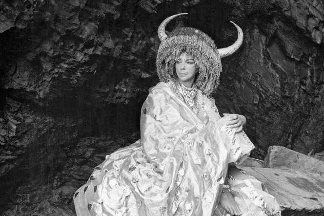 Leonor Fini,dans la grotte sousle couvent, fin des années 1960.