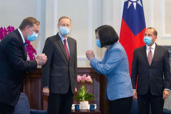 La présidente taïwanaise Tsai Ing-wen salueAlex Azar, le responsable américain de plus haut niveau à se rendre à Taïwan depuis 1979, le 10 août 2020, à Taipei.