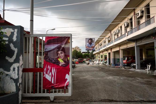 Devant la caserne de Quarantina, à Beyrouth, le 10 août, les photos de Sahar Fares et Elie Khouzami, deux pompiers morts dans l'explosion.