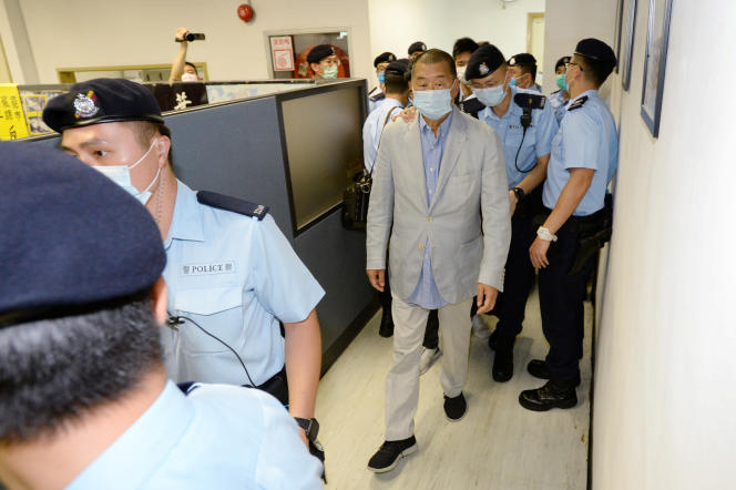 Le patron de presse Jimmy Lai escorté par la police de Hongkong, le 10 août,au siège de son groupe de presse NextDigital.
