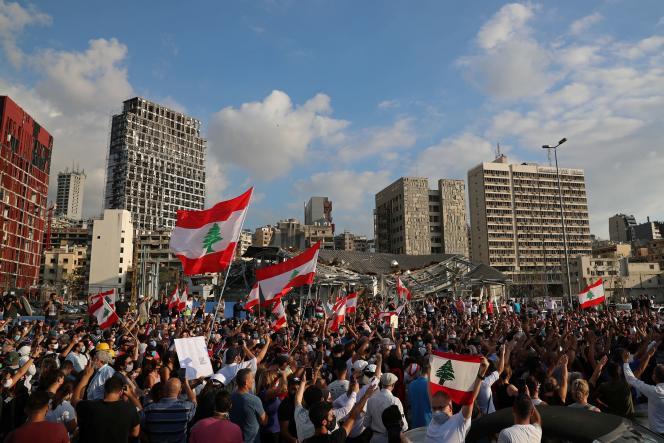Plusieurs centaines de personnes se sont rassemblées sur le port de Beyrouth, mardi 11 août, une semaine après l'explosion meurtrière.
