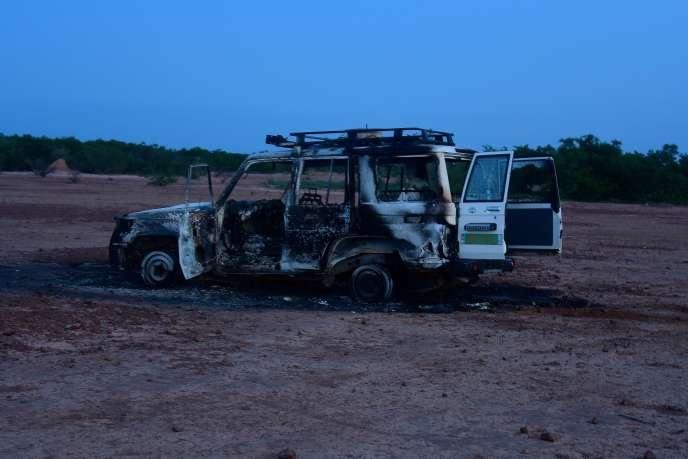 La carcasse calcinée de la voiture dans laquelle se trouvaient les six Français de l'ONG Acted,tués le 9 août au Niger.
