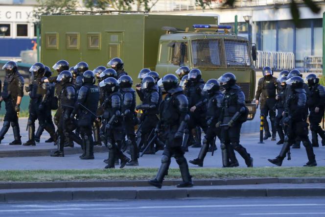 Les forces de l'ordre font reculer les manifestants lors d'un rassemblement à Minsk (Biélorussie), le 10 août.