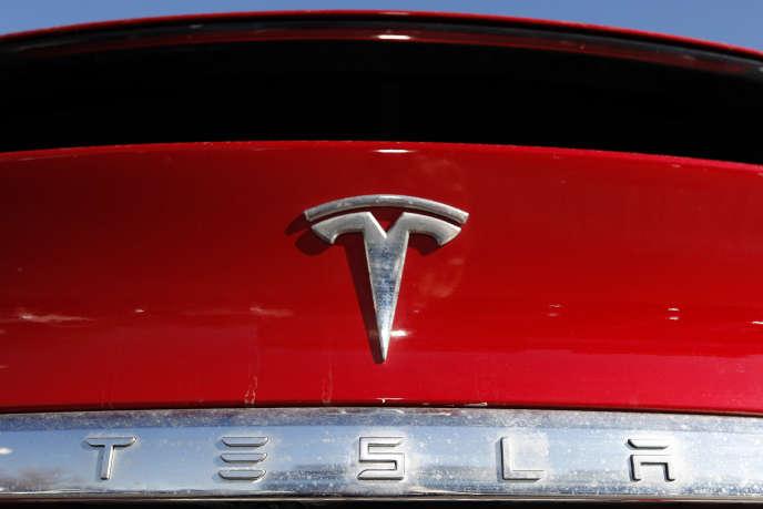 Le logo de Tesla, sur une Tesla Model X, à Littleton (Colorado), en février 2020.