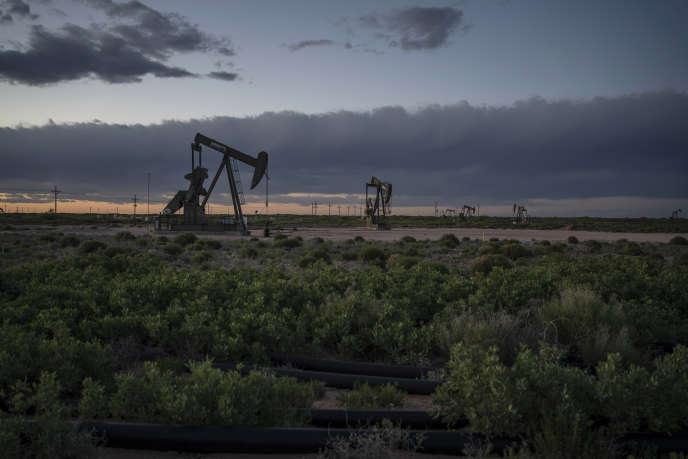 Des stations de pompage de pétrole près de Loco Hills, dans le comté d'Eddy (Nouveau-Mexique), en avril.