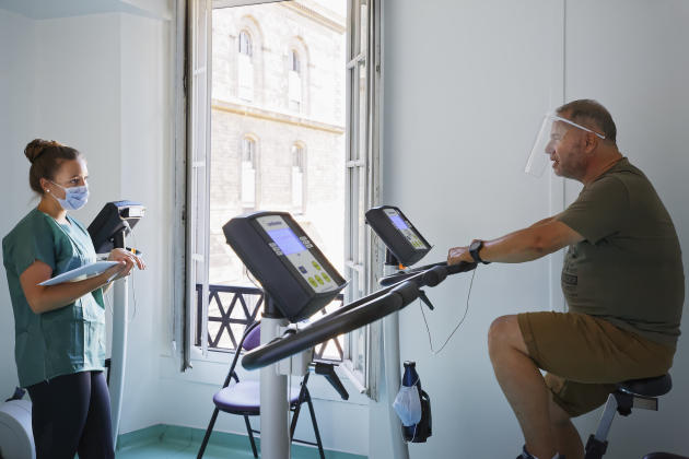 Gilles en train de pédaler dans le cadre d'unexercice de réhabilitation, à l'Hôtel-Dieu à Paris, le 30 juillet.