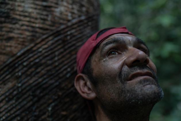 Arleudo Morais Farias, dit « Bito», 43 ans, saigneur d'hévéas, dans la réserve Chico Mendes, au Brésil, le 28 juillet.