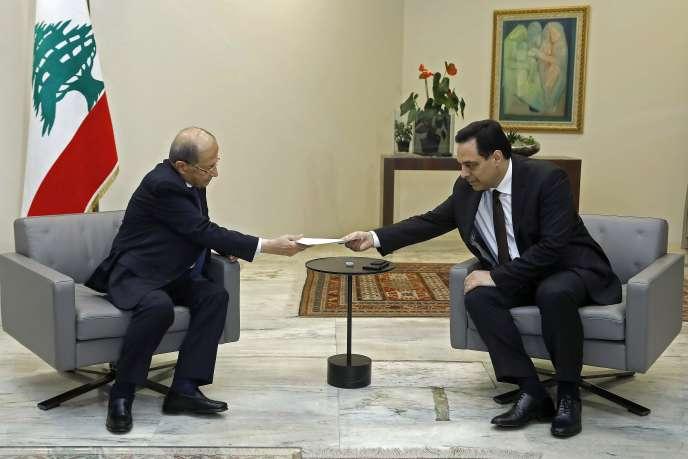 Le premier ministre libanais, Hassan Diab (à droite) et le président Michel Aoun, lundi 10 août, au palais présidentiel de Baabda, dans le sud-est de Beyrouth.