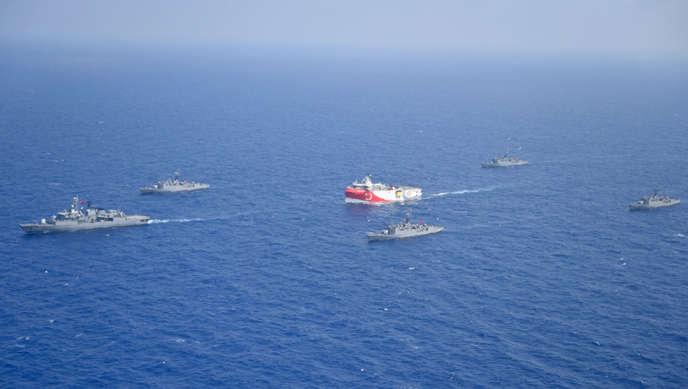 Le navire de recherche turc«Oruç-Reis», escorté par des bâtiments militaires, le 10août 2020.