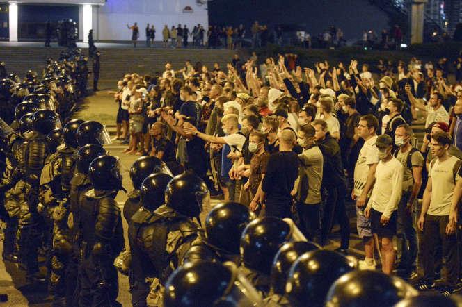 Affrontements entre les forces de l'ordre et les manifestants à Minsk (Biélorussie), le 9 août.