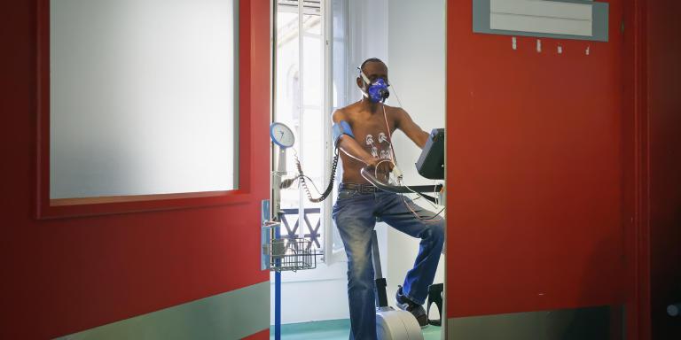 Avant de démarrer un programme de réhabilitation par le sport les patients admis dans le service doivent passer des épreuves d'effort. Camille Gharbi pour Le Monde.