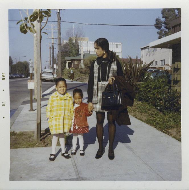 Kamala Harris, à gauche, avec sa sœur, Maya, et sa mère, Shyamala, devant leur appartement à Berkeley, en Californie, en janvier 1970, après la séparation de ses parents.