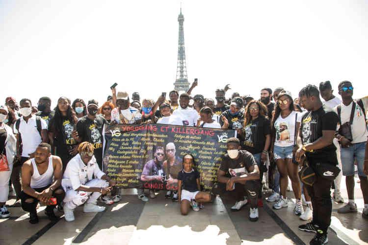 Mercredi 12août, une centaine de personnes se sont donné rendez-vous sur le parvis du Trocadéro, à Paris, pour rendre hommage à DJArafat , artiste ivoirien décédé un an plus tôt dans un accident de moto à Abidjan.