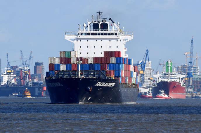 Un porte-conteneurs quitte le port de Hambourg (nord de l'Allemagne), le 11 mars.