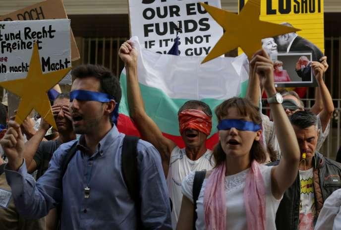 Manifestationpour attirer l'attention de l'UE sur la situation politique de la Bulgarie, devant l'ambassade d'Allemagne à Sofia, le 12 août.
