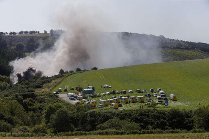 De la fumée s'échappe du lieu de l'accident, près de Stonehaven, dans le nord-est de l'Ecosse, mercredi 12 août 2020.