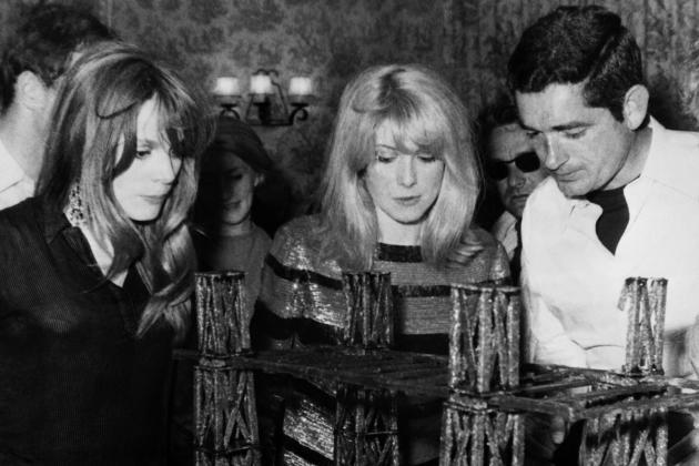Francoise Dorléac, Catherine Deneuve et Jacques Demy, lors du tournage du film«Les Demoiselles de Rochefort», à Rochefort, le 8 juin 1966.