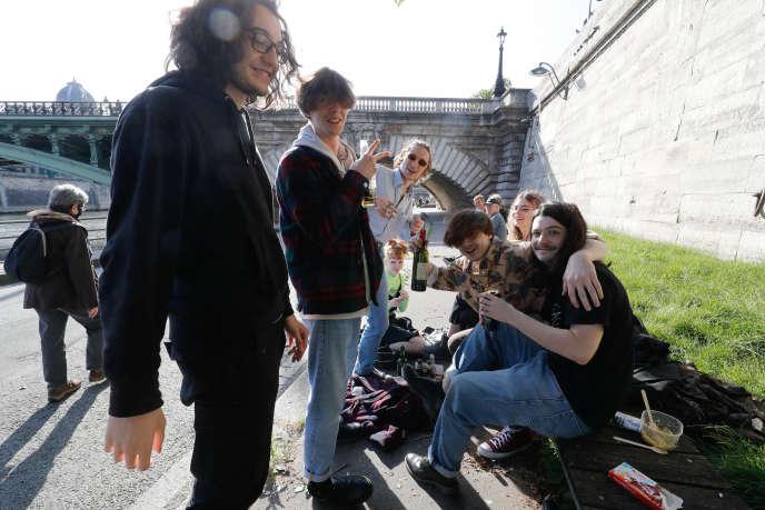 Des jeunes se rassemblent sur les bords de la Seine (Paris) au premier jour du déconfinement, le 11 mai.