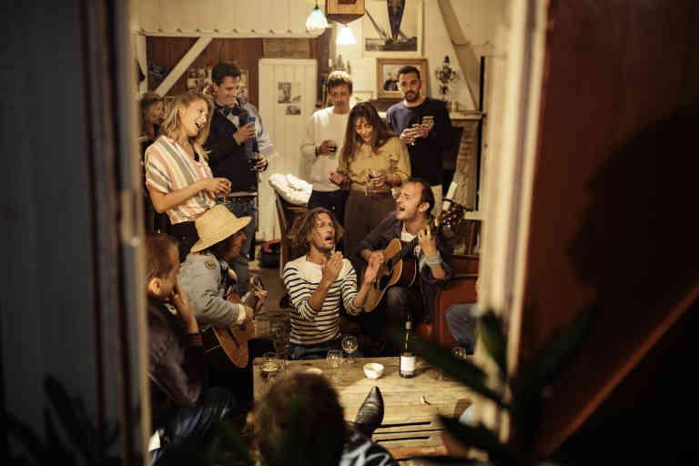 Boeuf dans la cabane d'Alexia. Chapeau de paille Edoardo chanteur italien Antoine (t-shirt raye) et Pierre (guitare, cheveux courts et bruns) qui sont le duo