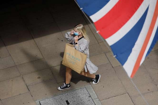 Une femme marche dans un supermarché de Londres, le 24 juillet.