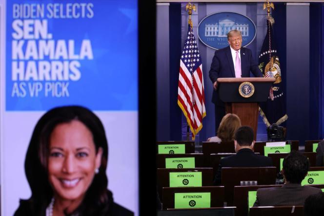 Le président des Etats-Unis, Donald Trump, parle tandis qu'une image de la sénatrice Kamala Harris est vue sur un écran, lors d'une conférence de presse dans la salle James Brady de la Maison Blanche, le 11 août, à Washington, D.C.