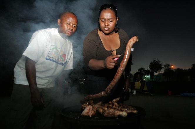 Des Sud-Africains autour d'un «braai» à Soweto, en septembre 2009.