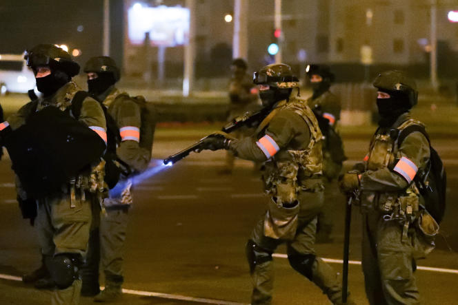 Les forces de l'ordre affrontent les manifestants lors d'une mobilisation dénonçant les falsifications du scrutin présidentiel, à Minsk, le 10 août.