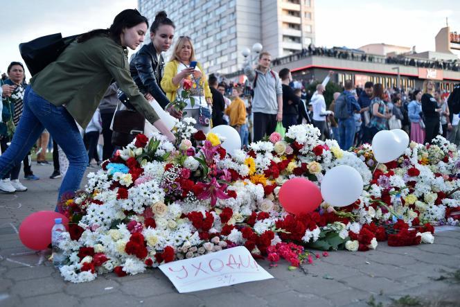 Des fleurs surla place Pouchkinskaïa, où un manifestant a trouvé la mort lundi. A Minsk, le 13 août 2020.