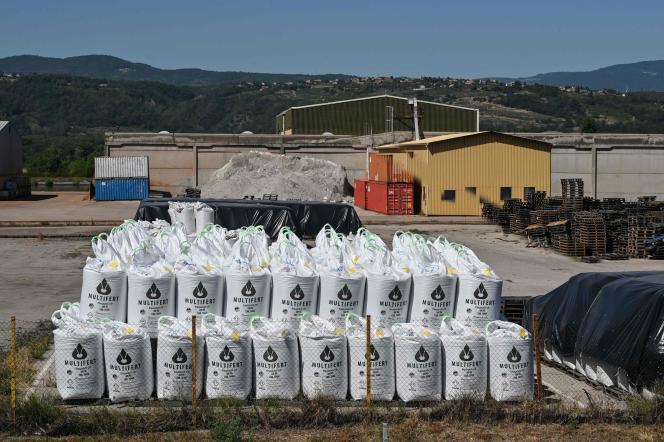 Site de stockage d'engrais fertilisant et de nitrate d'ammonium à Salaise-sur-Sanne (Isère), le 7 août.
