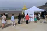 Des personnes attendent de se faire dépister dans un centre de test mobile installé sur la plage de Pentrez (Finistère), le 12 août.