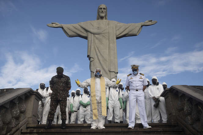 Prière catholique après la désinfection du site du Christ rédempteur, à Rio de Janeiro (Brésil), le 13 août.
