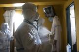 Un médecin se désinfecte après avoir ausculté des patients mis en quarantaine dans un hôtel de Caracas, au Venezuela, le 24 juillet.