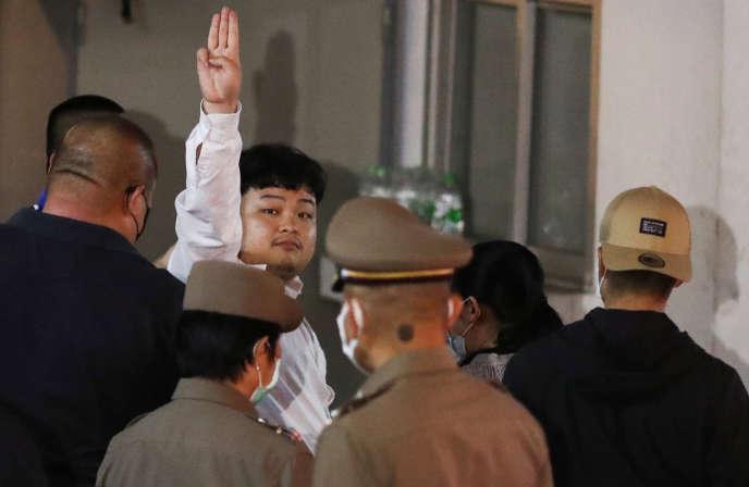Parit Chiwarak, lors de son arrestation, à Bangkok, le 14 août 2020.