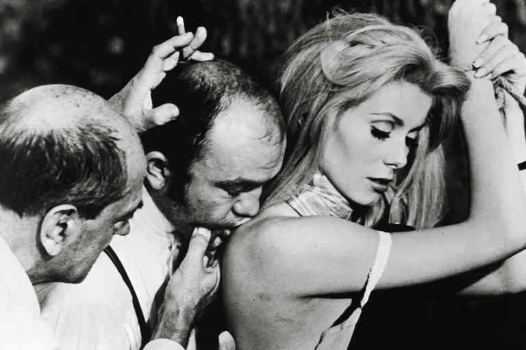 le réalisateur et scénariste d'origine espagnole et naturalisé mexicain Luis Bunuel dirigeant l'actrice française Catherine Deneuve dans le film