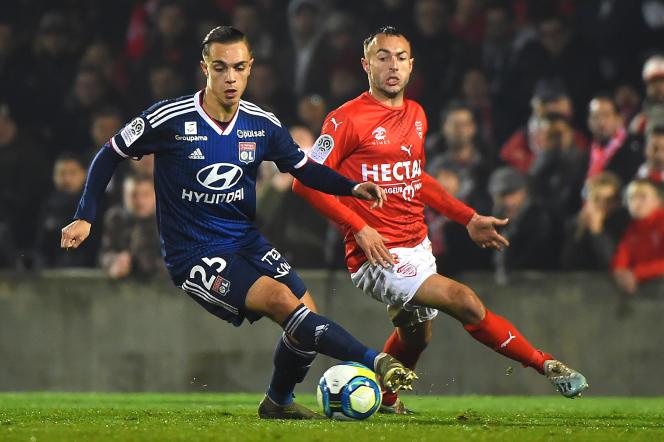 Maxence Caqueret, à gauche, et Romain Philippoteaux (à droite) pendant un match de Ligue 1 entre Nîmes et l'OL, en décembre 2019.