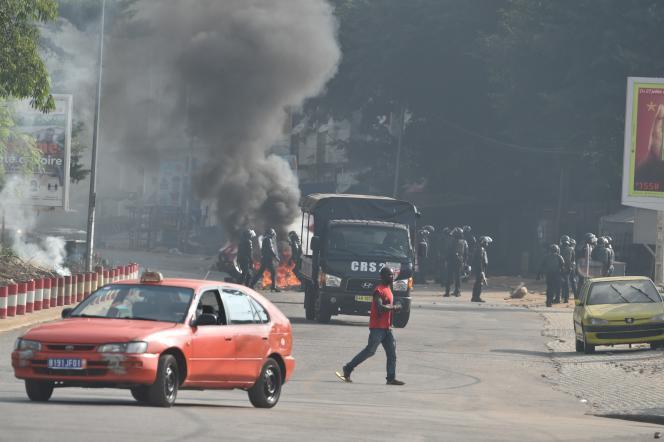 La police anti-émeute disperse des manifestants anti-Ouattara dans le quartier d'Anono, à Abidjan, le 13août 2020.