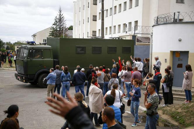 Des proches attendent la libération de manifestants détenus à la prison d'Okrestina, à Minsk, le 12 août.