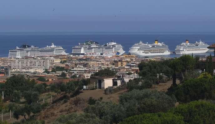 Des navires de croisière à quai, dans le port de Civitavecchia (Italie), le 11 juillet.