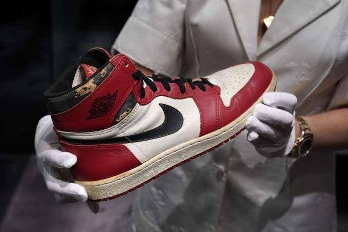 La Air Jordan 1 High «Shattered Backboard», une basket Nike datant de 1985, exposée lors d'une avant-première pour la presse chez Christie's New York, le 24 juillet 2020.