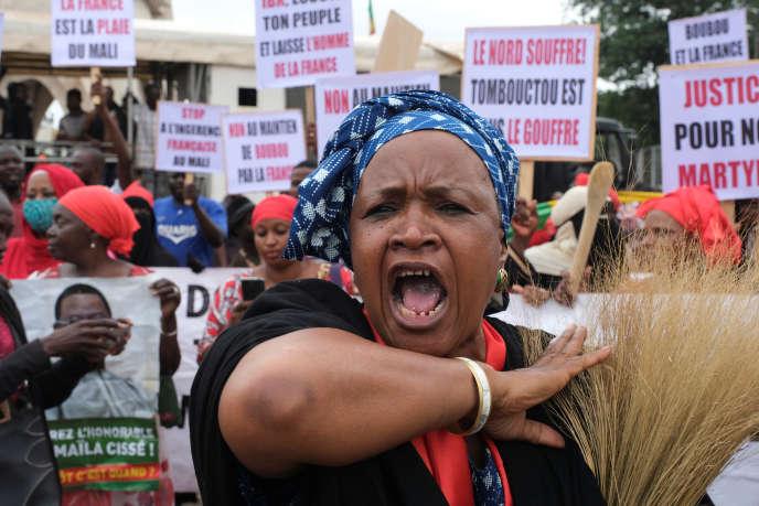 Une manifestante lors d'un rassemblement demandant la démission du président malien, Ibrahim Boubacar Keïta, à Bamako, le 11août 2020.