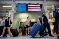 Des voyageurs arrivent dans la gare ferroviaire de Londres, le 14 août 2020, après avoir pris un train Eurostar en provenance de Paris.
