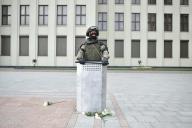Un policier se tient devant un bâtiment du gouvernement biélorusse à Minsk, le 14 août.