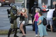 Des manifestants contre la falsification du scrutin présidentiel arrêtés par la police à Minsk, le 11 août.
