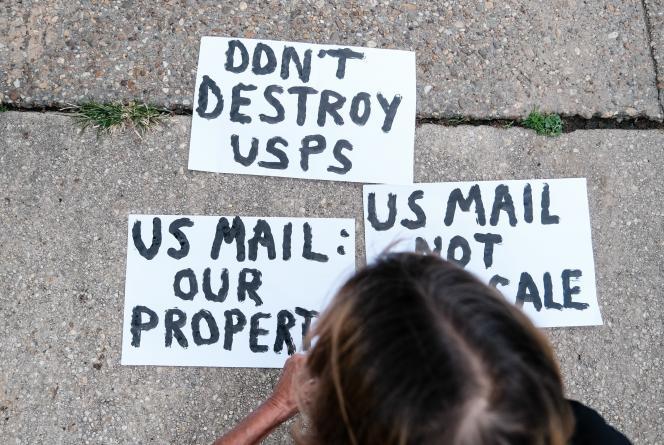 Des pancartes de manifestants protestants à Washington contre Donald Trump et le patron de la poste américaine (USPS), Louis Dejoy, qui est un des donateurs du parti républicain, samedi 15 août.